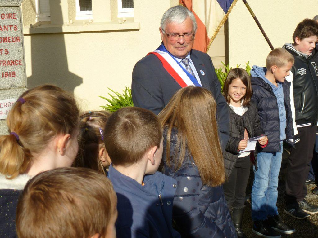 Après le discours du maire, les enfants ont entonné le chant: éclairs d'acier, nos rêves volés